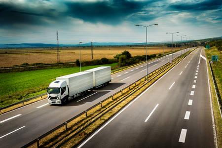 camion par temps nuageux