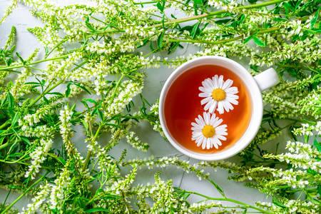Kopje thee op een achtergrond van wilde bloemen