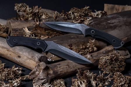 Vojni noževi na trupcima