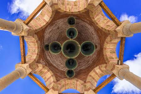 Koepel met klokken in het Varlaam-klooster