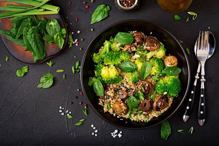 Šalát z brokolice, húb a quinoa