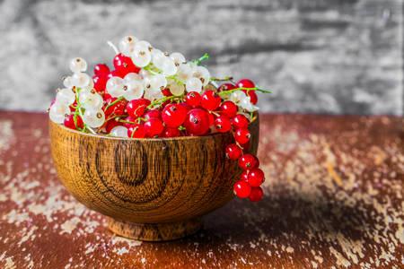 Κόκκινες και άσπρες σταφίδες σε ένα ξύλινο μπολ