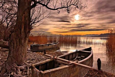 Coucher de soleil sur le lac Petron