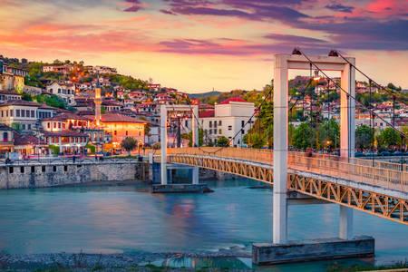 Vedere a podului și a orașului Berat