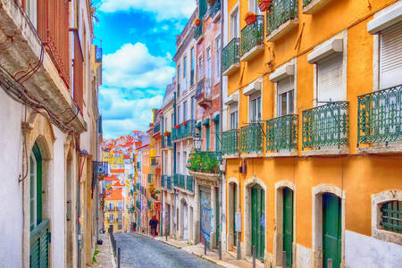 Rua com casas tradicionais em Lisboa