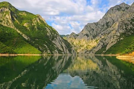 Изглед към езерото Коман