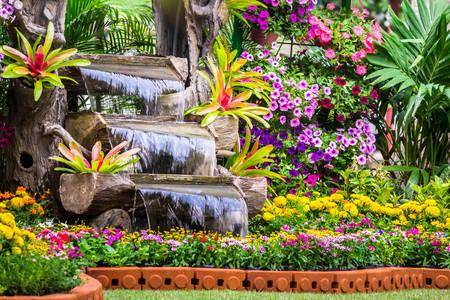 Petite cascade dans le jardin
