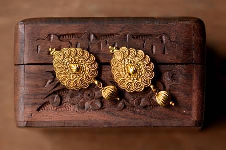 Złote kolczyki w stylu orientalnym
