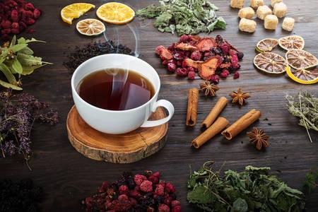 Suszone zioła i jagody na herbatę