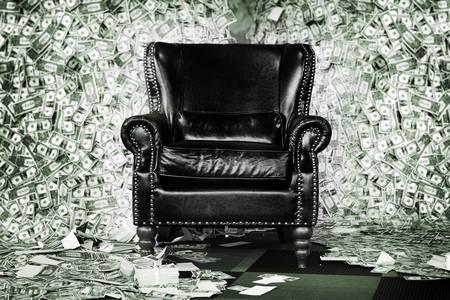 Шкіряне крісло на тлі доларів