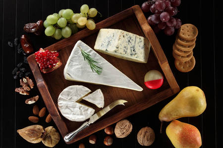 Kék sajtok egy fa tálcán