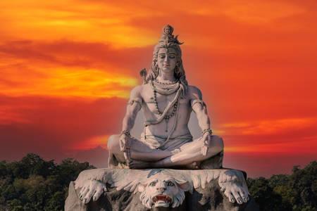 Socha boha Šivy ve městě Rishikesh