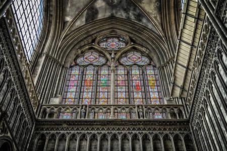 Obojeni stakleni prozori katedrale