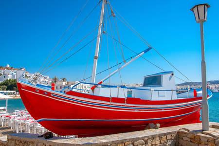 Barco no porto da ilha de Mykonos