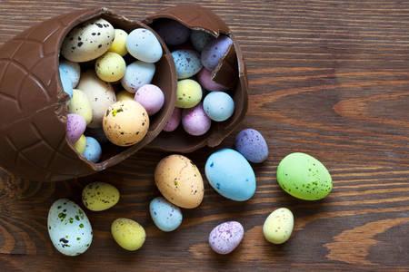 Čokoládové veľkonočné vajíčko so sladkosťami