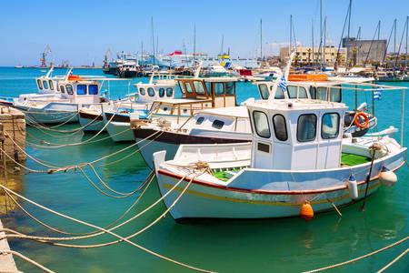 Rybářské lodě v přístavu Heraklion