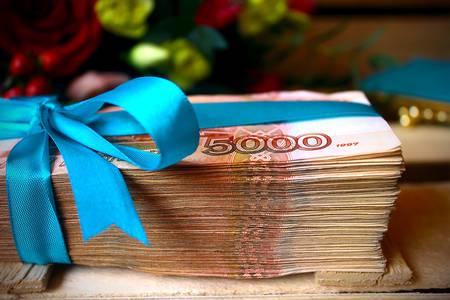 Een bundel bankbiljetten vastgebonden met een lint