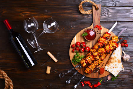 Chicken kebab with vegetables and wine