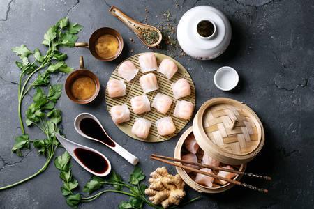Chinesische Knödel auf einer Bambusmatte