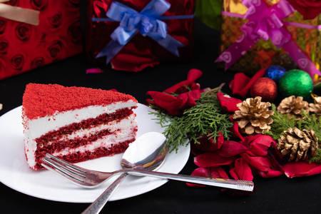 Pedaço de bolo, presentes e árvore