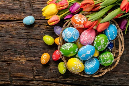 Oeufs de Pâques et tulipes