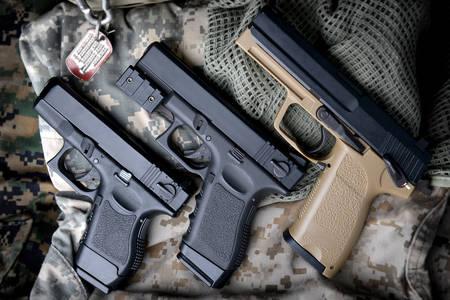 Пистолети на военна униформа