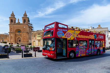 Autobus turystyczny w Valletcie