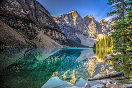 Weerspiegeling van bergen in het meer