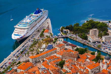 Nave da crociera nel porto di Kotor