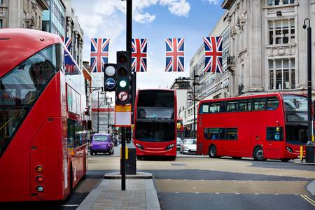 Londra sokaklarında otobüsler