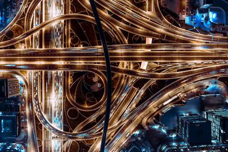 Uitzicht op de nachtsnelweg in Dubai