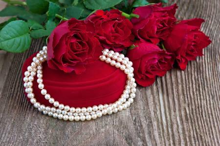 Gyöngy nyaklánc és rózsacsokor