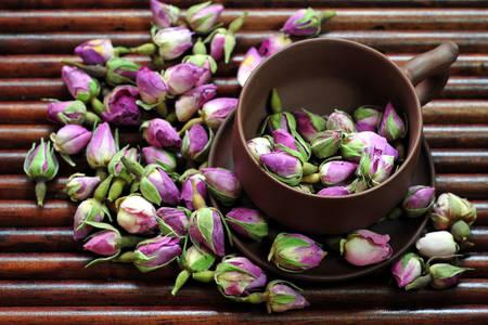 Muguri de trandafir de ceai într-o ceașcă de lut