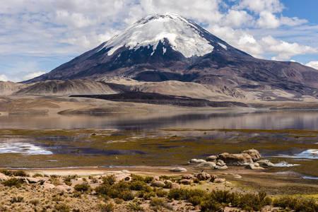 Sopka Parinakota a jazero Chungara
