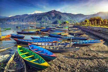 Lode na brehu jazera Phewa