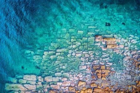 Камені в море