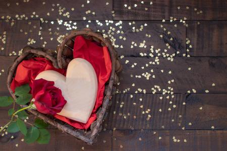 Srce, ruža i zlatni konfeti