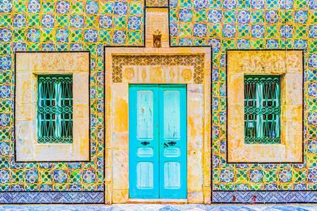 Красочный фасад старого дома