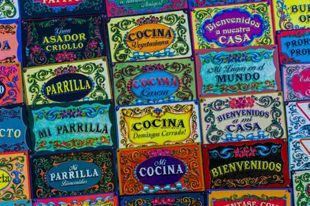 Πολύχρωμες πινακίδες στο Μπουένος Άιρες