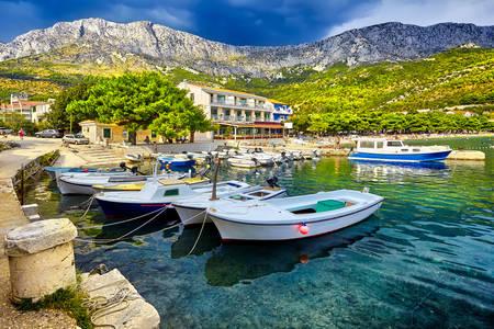 In de haven van de Kroatische stad Drvenja