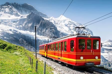 Влак на железопътната линия Юнгфрау
