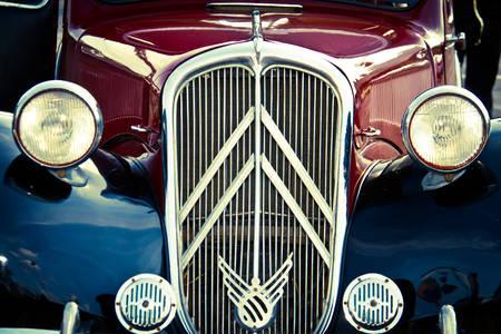 Pohled zepředu na staré auto