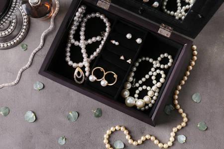 Bijuterii cu perle într-o cutie