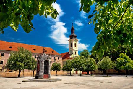 Площа з видом на церкву Святої Трійці