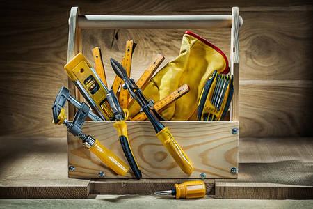Skup radnih alata u drvenoj kutiji