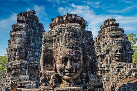 Каменные статуи в Ангкор-Тхом