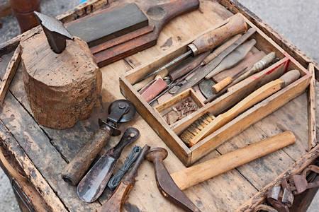 Mesa de trabalho com ferramentas antigas