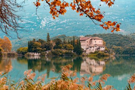 Castel Toblin kastély a Lago di Toblino tavon