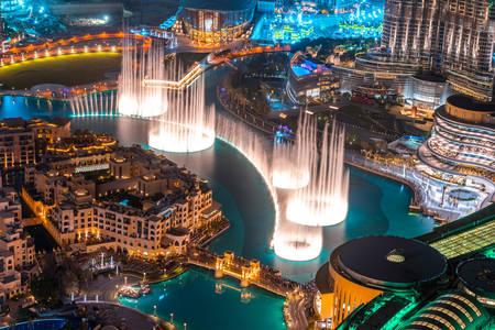 Нощен изглед към фонтана в Дубай