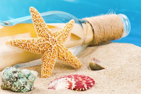 Пляшка з листом і морська зірка